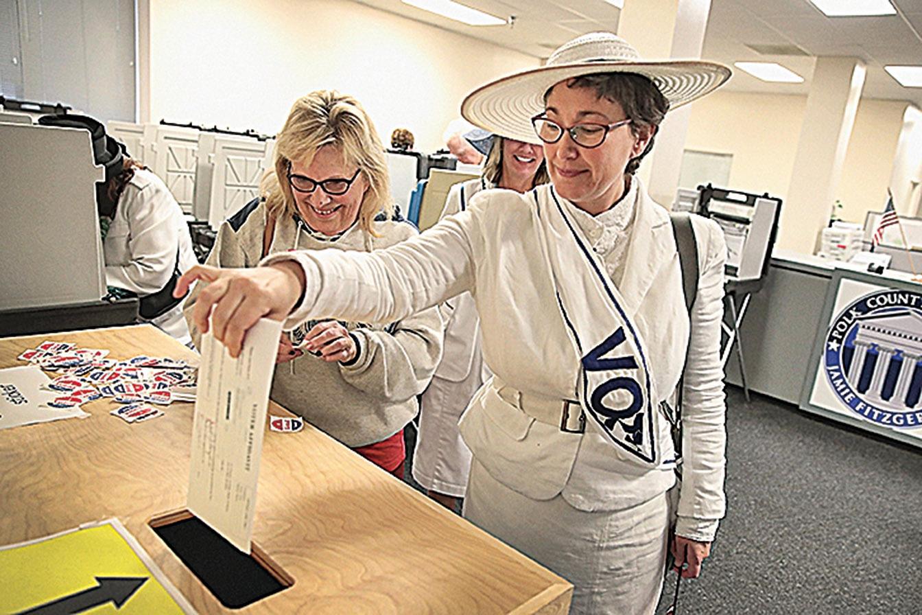 中共在愛荷華州《德梅因紀事報》以「廣告新聞」的方式大肆批評特朗普,進行媒體宣傳戰。圖為德梅因居民在票站投票。(Getty Images)