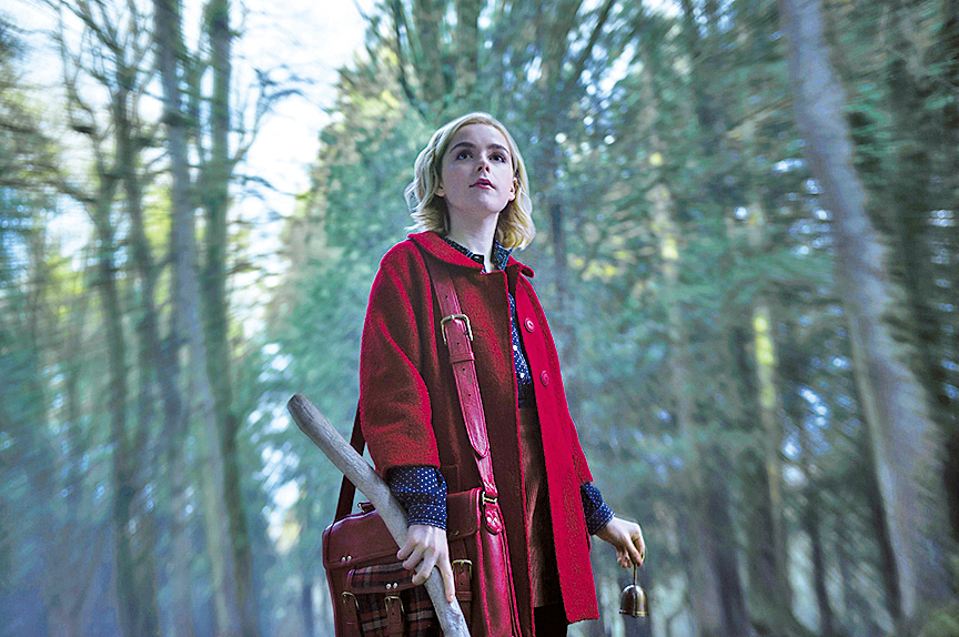 女主角莎賓娜的父親是巫師,母親為凡人,自幼失去雙親,由兩位女巫姑姑養大。16歲前過正常人的生活,但16歲生日那要決定全心投入魔法世界還是做凡人。