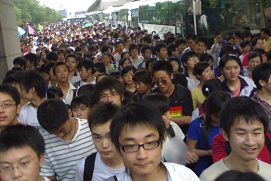 11月6日,重慶媒體稱該市教育考試院表示,政審材料不合格者不能被錄取。此事件引發網絡熱議。不久考試院人員前來澄清,然而,網民並不買帳。圖為中國高考結束後,學生離開考場。(陳少舉/Wikimedia Commons)