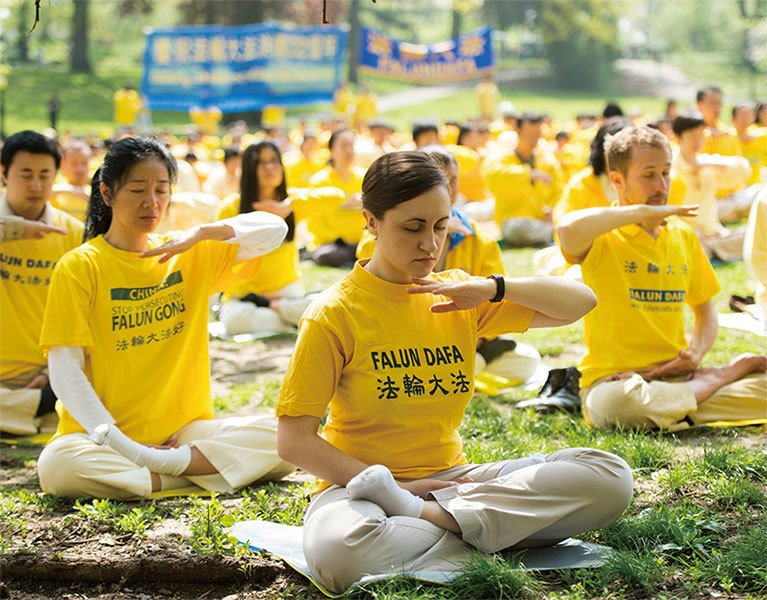 圖為法輪功學員在紐約中央公園煉功。(戴兵/大紀元)