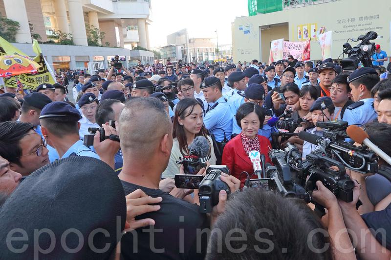 葉劉淑儀聯同當區區議員,約下午3時到場,參與「光復行動」的市民,要求與她對話,但她最終在警方築成的人鍊保護下離開。(李逸/大紀元)