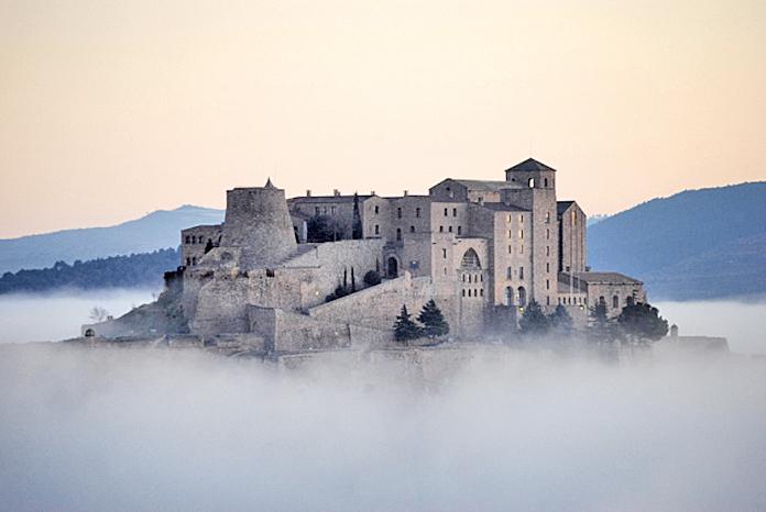 西班牙卡爾多納的九世紀古堡「卡爾多納旅館」忠實保留了西班牙卡爾多納中世紀時期的建築特色,包含拱形天花板、石牆與庭園等陳設。
