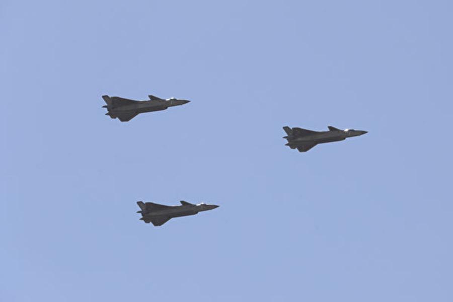 中共在珠海國際航展上展出的多款軍機被指是抄襲了美國和俄羅斯的技術。圖為殲-20戰機,該機被指是抄襲了美國和俄羅斯的技術。(Getty Images)