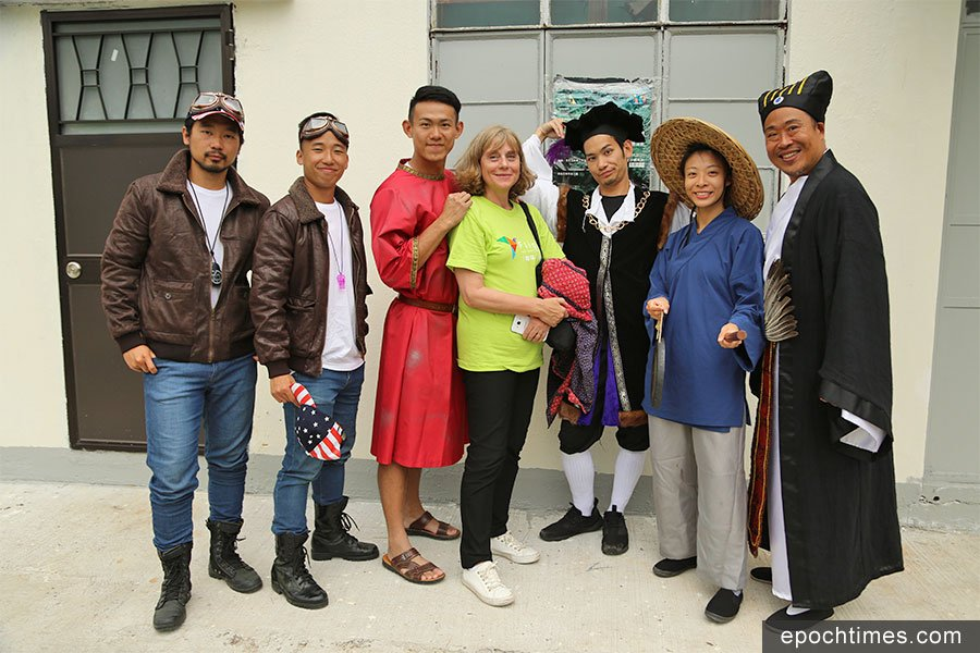 《伊卡洛斯計劃》編導之一Margo Gunn(右四)與一眾演員合照。(陳仲明/大紀元)
