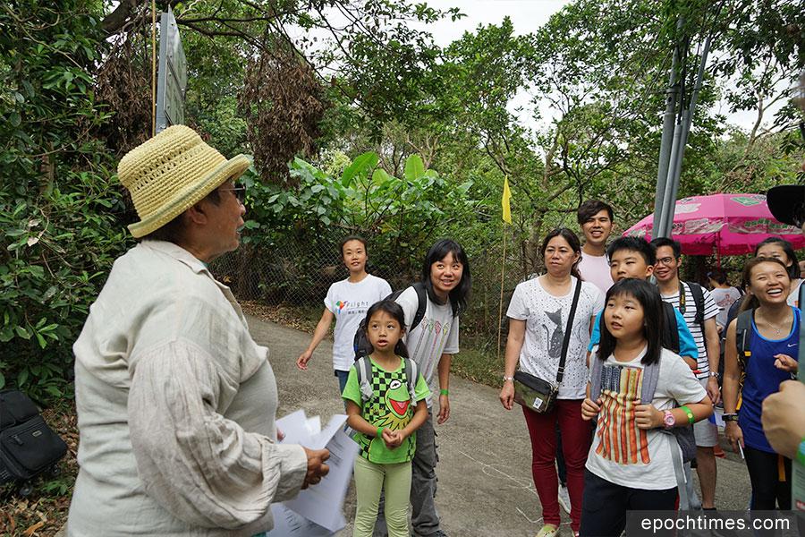 誇啦啦藝術集匯藝術總監黃清霞博士(左一)在互動劇場中與觀眾互動。(曾蓮/大紀元)