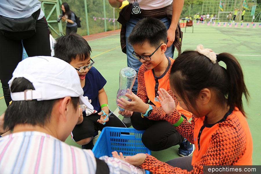 參與活動的孩子們在設計飛行器。(陳仲明/大紀元)