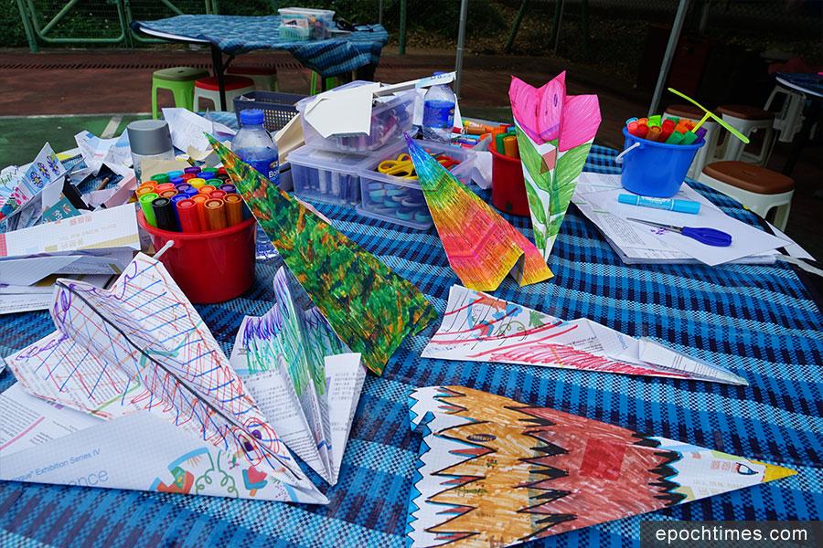 參與活動的朋友設計的紙飛機。(曾蓮/大紀元)
