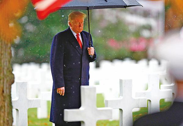 在巴黎郊外蘇雷斯納(Suresnes)美國公墓舉行的停戰紀念活動中,美國總統特朗普讚揚了一戰中的美國和法國愛國者,表示要「守護他們100年前捍衛的文明」。(Getty Images)