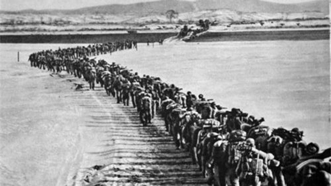 抗美援朝的軍隊過鴨綠江。(公有領域)