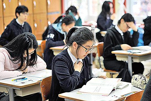 香港和南韓ACT 考試11 日被全面取消。圖為南韓學生在準備考試。(Getty Images)