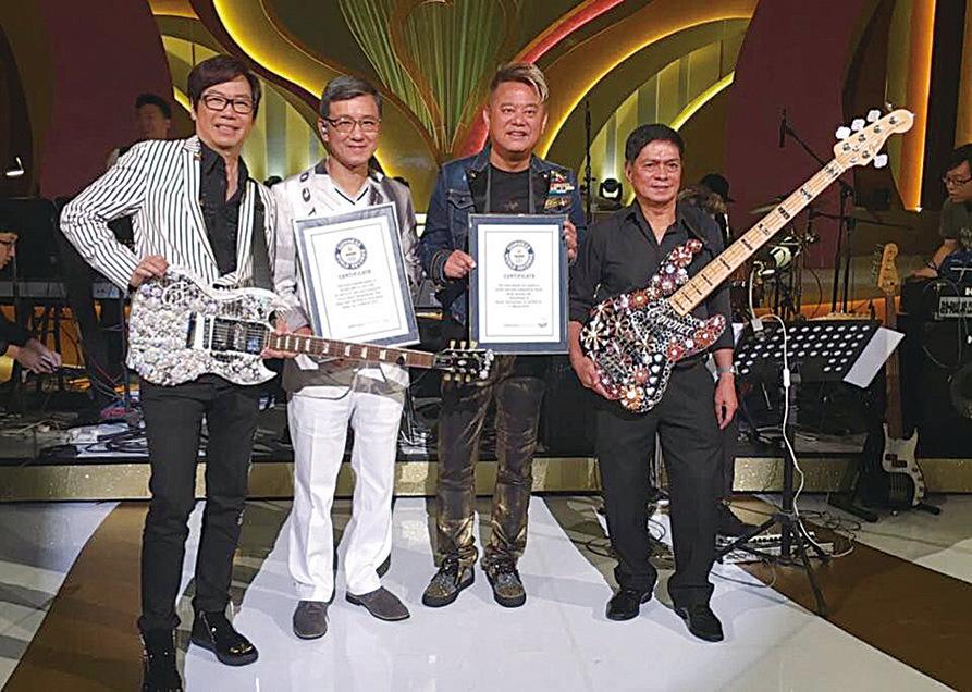 香港結他手彭健新(左一),叻哥(陳百祥)(右二)曾手持健力士結他參與慈善表演。