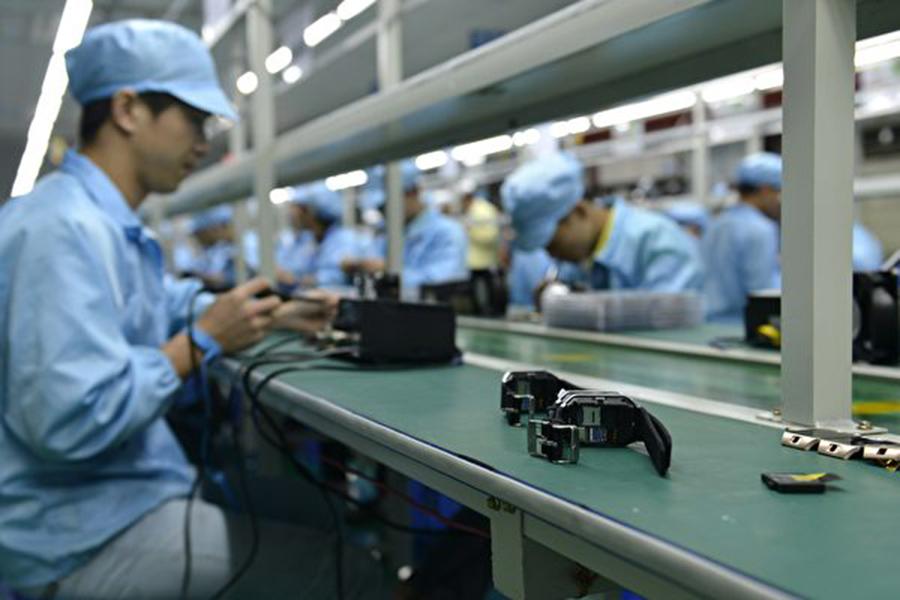 目前,中國各大科技產業都面臨著清算,即中共該產業的控制力趨嚴、監管緊縮,再加上美中貿易戰,中國科技產業遭遇寒風,增長受阻。(STR/AFP/Getty Images)