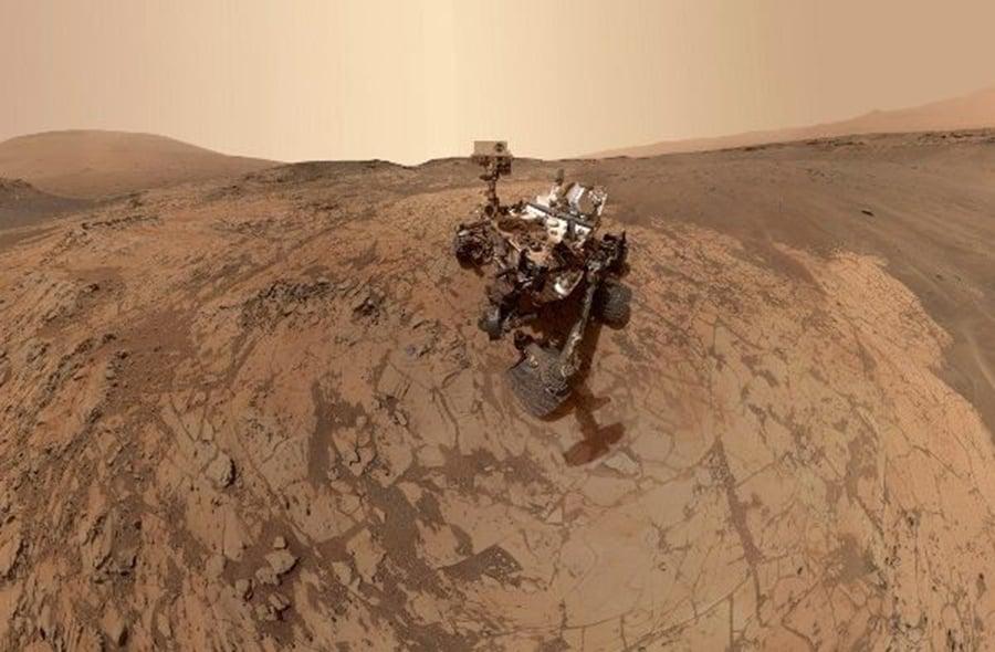 在距離地球約1億2600萬公里的火星上,一台四輪傳動車大小的機器人孤零零待在這個龐大又冰冷的紅色星球上。(AFP)