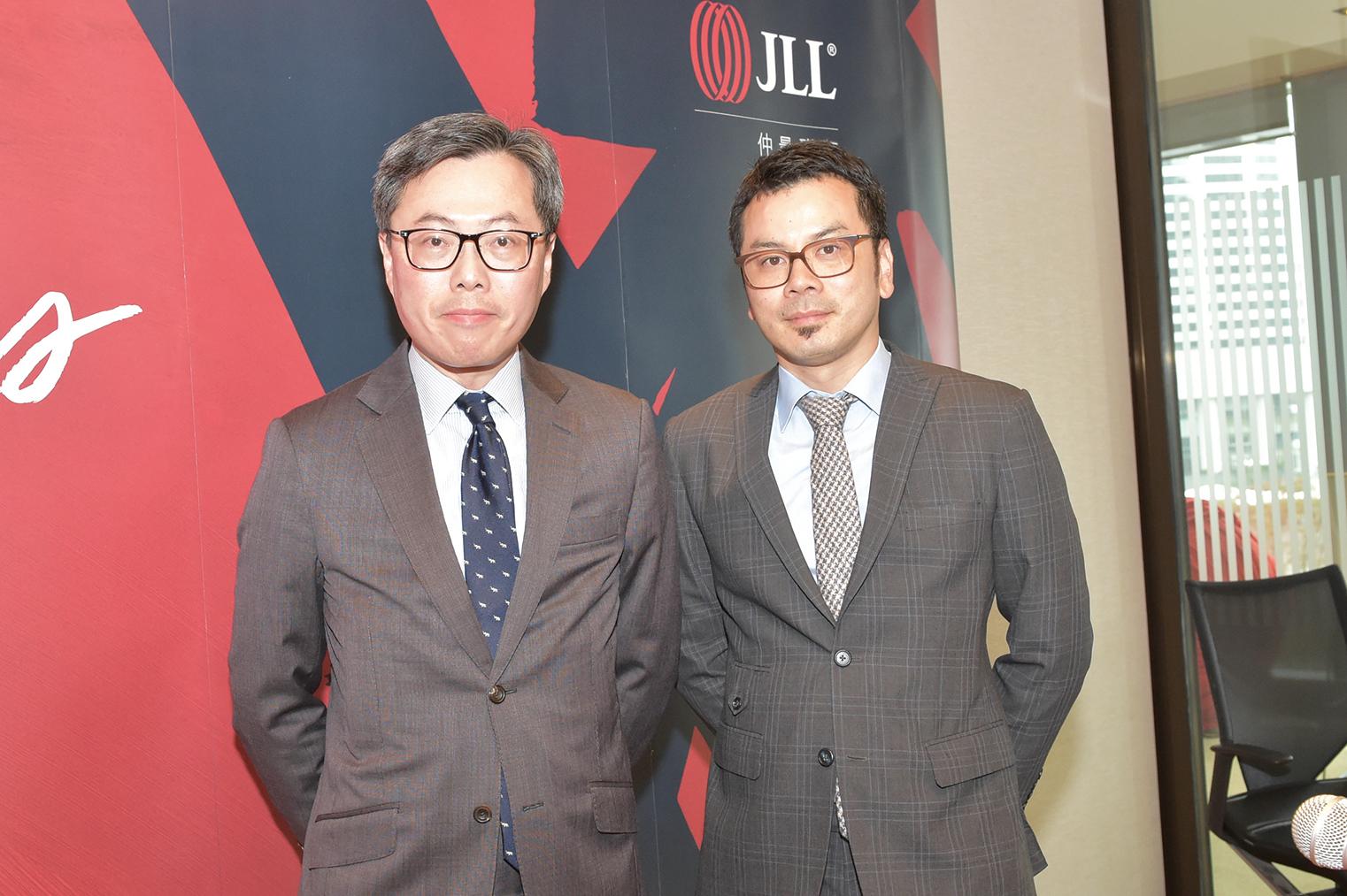 仲量聯行董事總經理曾煥平(左)昨在記者會上表示,本港長達10年的樓市上升周期已告完結。他直言:「樓市明顯進入下行軌道,已無懸念」。(郭威利/大紀元)