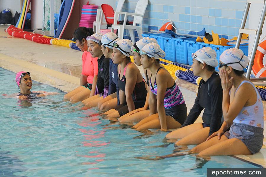Lynly Flores(左一)正在指導學員游泳技術。(陳仲明/大紀元)