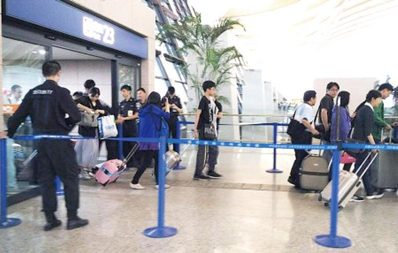 上海浦東機場12日下午發生爆炸案後,機場內原本不設安檢的出入口因靠近爆炸事故地點,設置警力。部分通往出發層的出入口則封閉。(中央社)