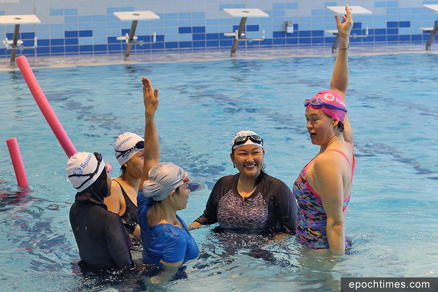 Libby Alexander(右一)教導學員游泳。(陳仲明/大紀元)