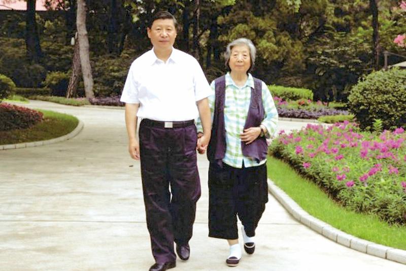 6月10日,北京媒體長篇報道習近平母親齊心的「家國天下」情懷,指齊心的家風對習近平日後的品德影響很深。圖為習近平與母親齊心散步照片。(網絡圖片)