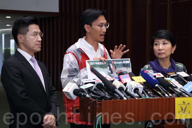 朱凱廸引用Google的衛星圖片,指政府對香港土地被佔用一事是知情的。(蔡雯文/大紀元)