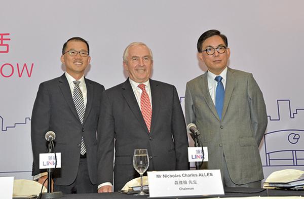 領展行政總裁王國龍(右)表示,計劃於大陸一線城市,三角洲地帶尋求收購機會,目標是甲級寫字樓與零售物業。(郭威利/大紀元)