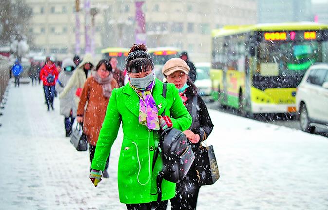 烏魯木齊下雪降溫 市民冰雪中出行