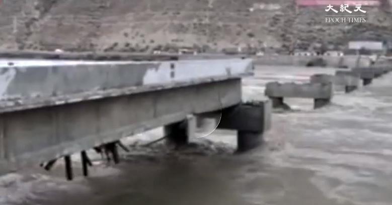 川藏交界的金沙江堰塞湖洩流洪峰導致下游地區出現大洪水,沿線多座橋樑被沖毀,災情嚴重。(影片截圖)