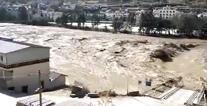 川藏交界的金沙江堰塞湖洩流洪峰導致下游地區出現大洪水,造成沿線多座橋樑被沖毀、多條國道被中斷、眾多農田被淹沒,災情嚴重。(影片截圖)