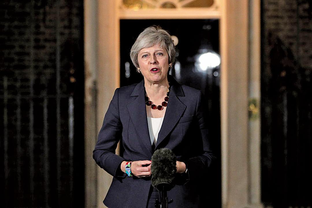 11月14日,英國內閣通過了脫歐草案。圖為首相文翠珊在唐寧街10號前宣布這一消息。(Getty Images)