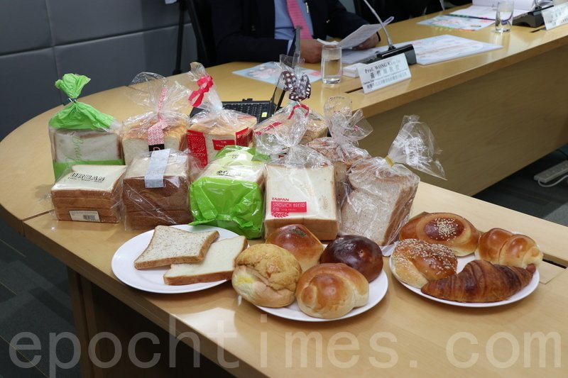 消委會測試發現,腸仔包、芝麻包及白方包的鈉含量較高,全部牛角酥及3款雞尾包樣本屬於「高脂」食物。(江夏/大紀元)