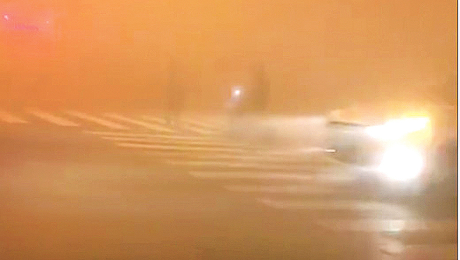 北京陰霾蔽天 司機難辨紅綠燈