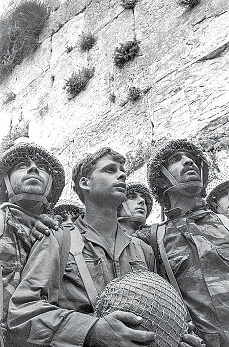 1967年六日戰爭,以色列士兵進入耶路撒冷舊城,站在西牆前。(AFP)