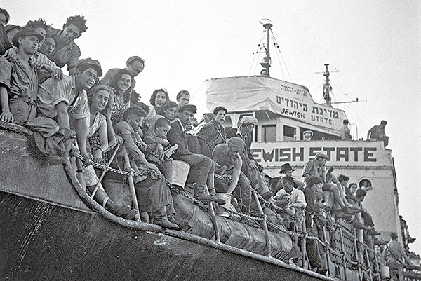 1947年10月30日,大批猶太人在以色列海法港,面臨遭英國當局驅逐回塞浦路斯。(AFP)