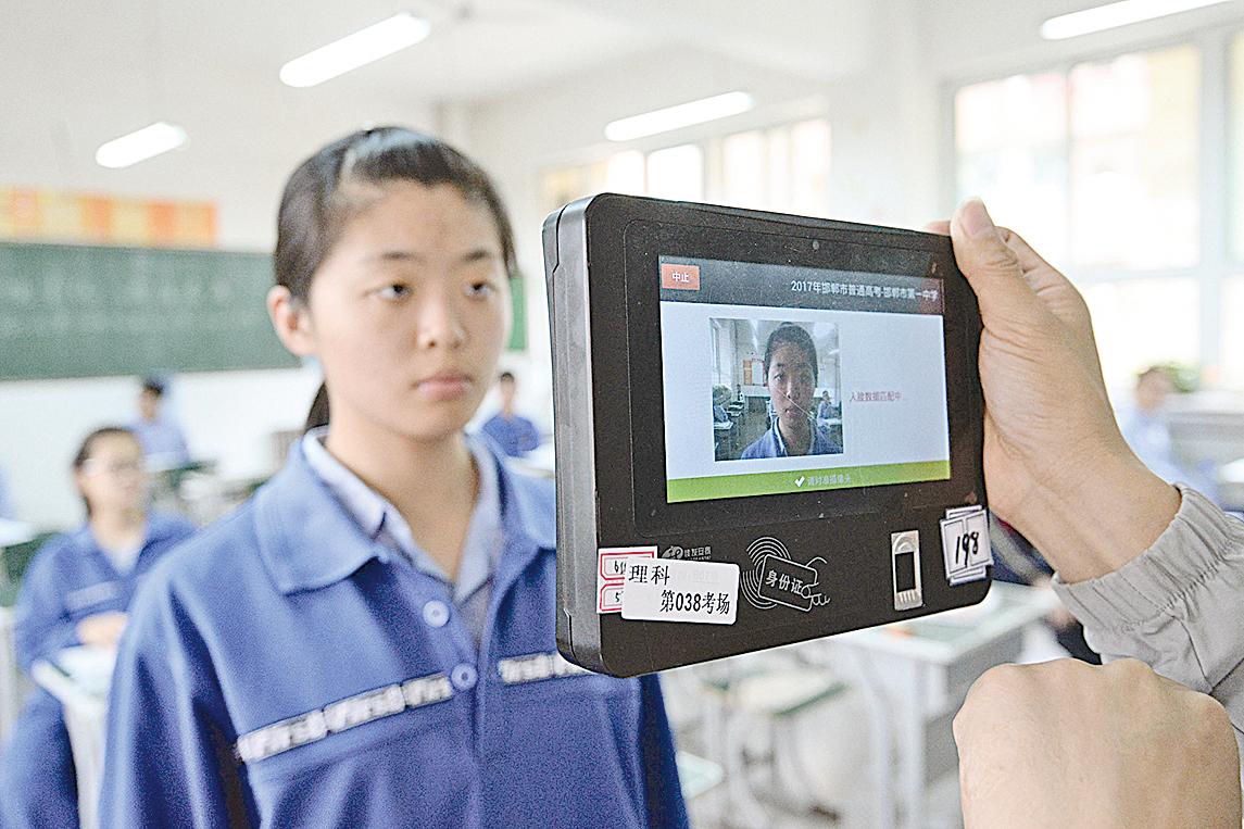 圖為中國參加高考的學生。(Getty Images)