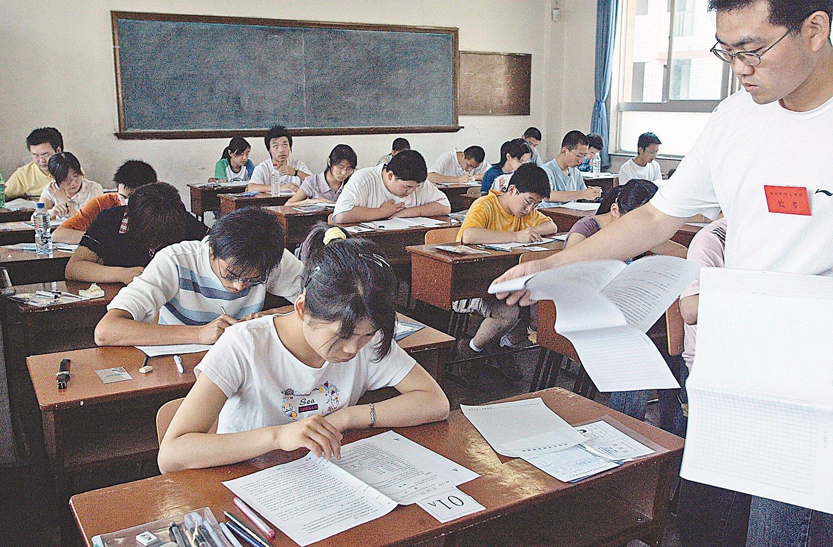 11月6日,重慶媒體稱該市教育考試院表示,政審材料不合格者不能被錄取。此事件引發網絡熱議。圖為中國參加高考的學生。(Getty Images)