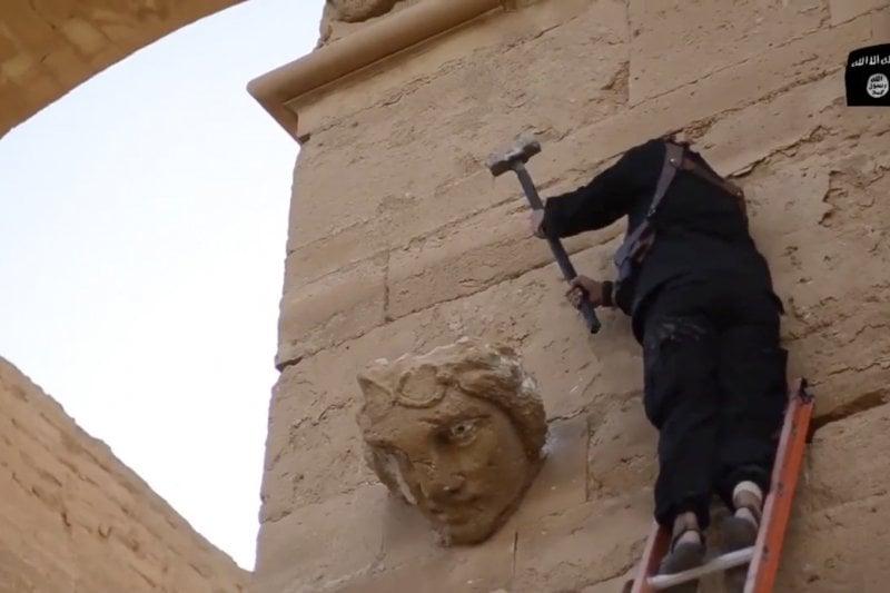 伊斯蘭國恐佈份子破壞敘利亞古城哈特拉的古文物(美聯社)