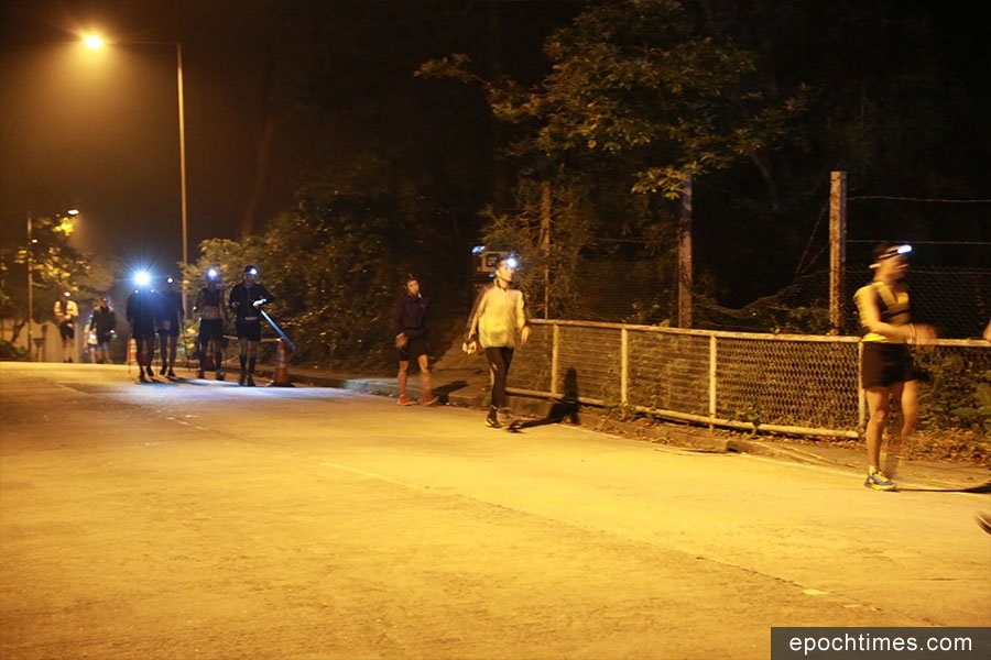 11月16日晚上11時許,多隊毅行者隊伍途經荃錦坳時的情況。(陳仲明/大紀元)