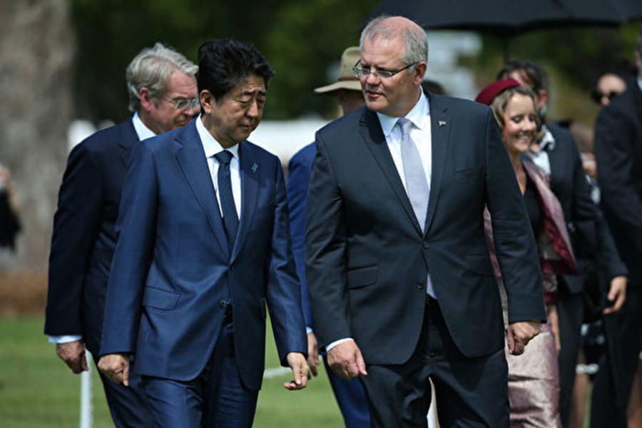 日本首相安倍晉三在澳洲達爾文,在澳總理莫里森陪同下為二戰陣亡將士鮮花。雙方欲增進雙邊合作 。(DAVID MOIR/AFP/Getty Images)