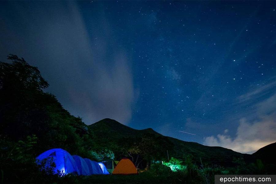 在二澳野營,夜空中星光閃爍。(受訪者提供)
