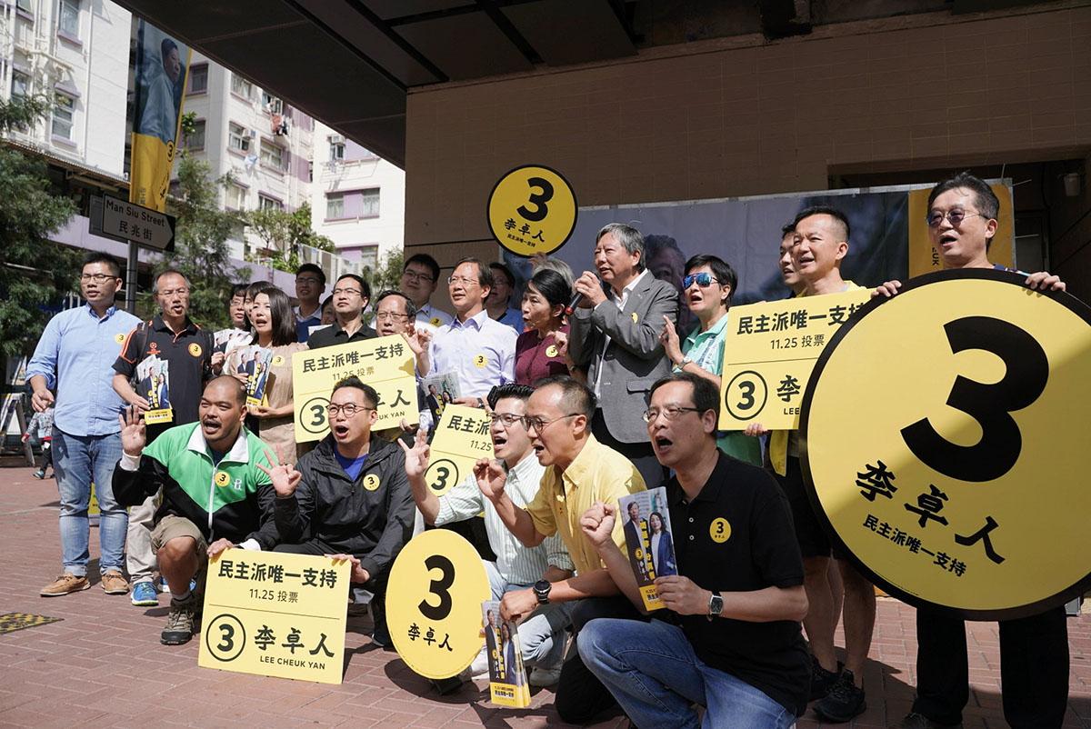 數十名民主派立法會議員及成員昨日繼續在九西區擺設街站,呼籲選民全投李卓人。(李卓人Facebook圖片)