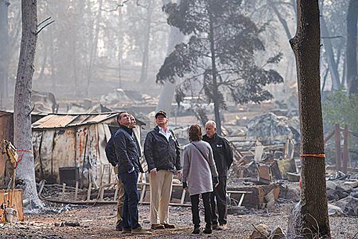 11月17日特朗普在加州天堂鎮視察火災現場。(Getty Images)