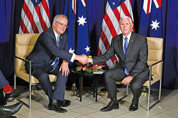 美國副總統彭斯(右)和澳洲總理莫里森(左)11月17日在APEC峰會期間會晤。(SAEED KHAN/AFP/Getty Images)