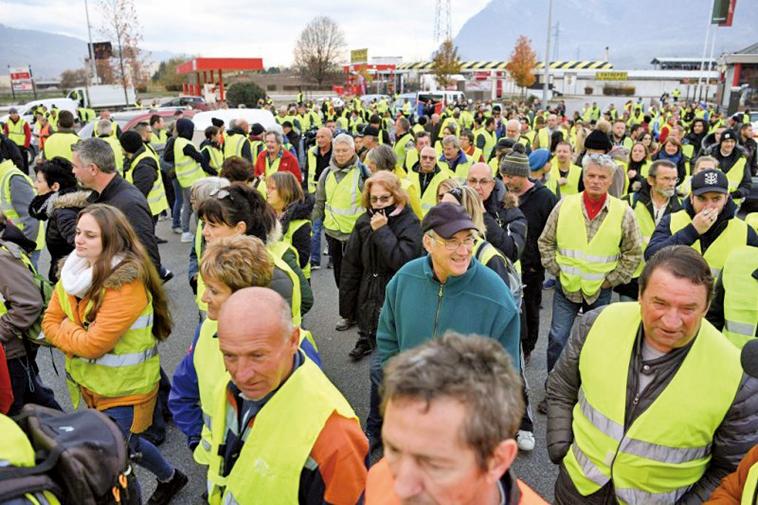 11月17日,法國民眾穿上黃馬甲,走上街頭抗議燃料稅上漲。(AFP)