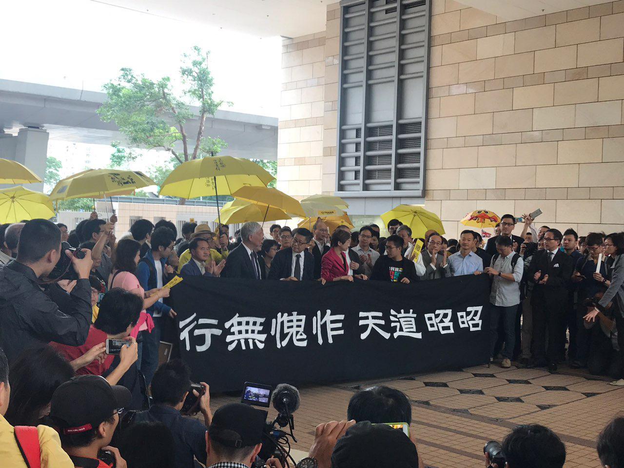 佔中九子案開庭,大批傘運支持者到場聲援,預料審訊20日。(蔡雯文/大紀元)