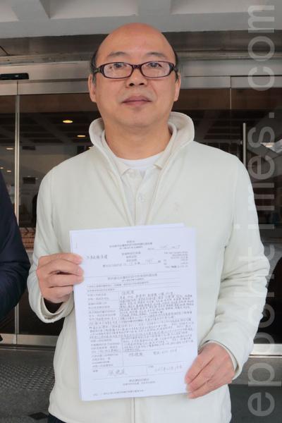 退休人士張德榮就行政署2014年起圍封政總東翼前地,提出司法覆核,昨日高等法院裁定他勝訴。(大紀元資料圖片)