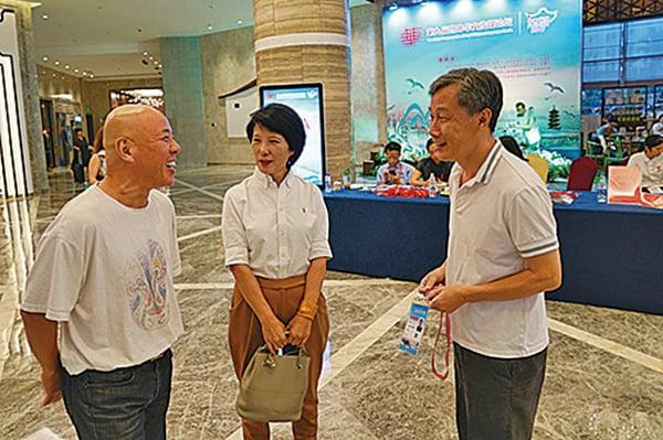 去年世界華文傳媒論壇在福州舉行,時任美國格律文化傳媒集團董事長的謝一寧(右)與中新社總編王曉暉(中)、美國亞洲文化傳媒集團董事長岑工(左)與會。(大紀元資料圖片)
