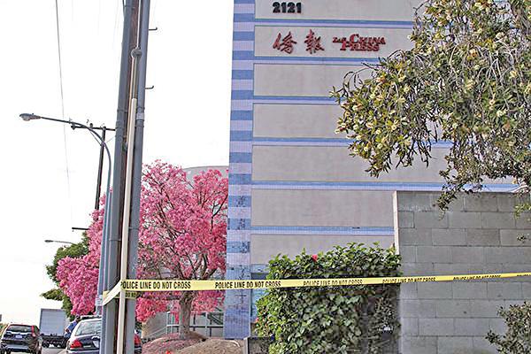 11月16日美國中文傳媒《僑報》董事長謝一寧被下屬槍殺。圖為美國洛杉磯《僑報》大樓的事發現場。(姜琳達/大紀元)