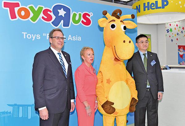 玩具反斗城亞洲總裁及首席執行官卓康彥(左一)指,未來會繼續擴展亞洲業務。(郭威利/大紀元)