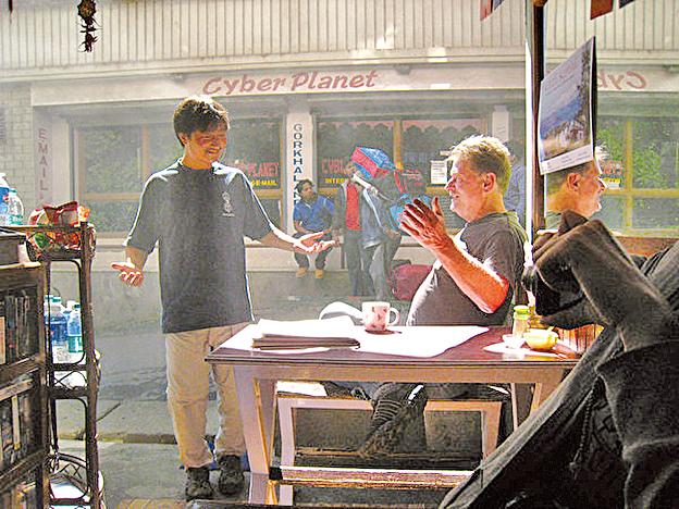 在路邊茶攤上和當地人一起享用奶茶,度過悠閒緩慢的下午時刻 。