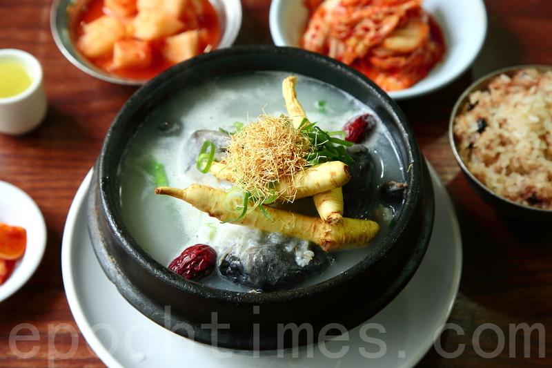 南韓養生第一湯「百濟參雞湯」含有大棗、栗子等食材,冬天裏一家補身暖烘烘、甜蜜蜜。(全宇/大紀元)