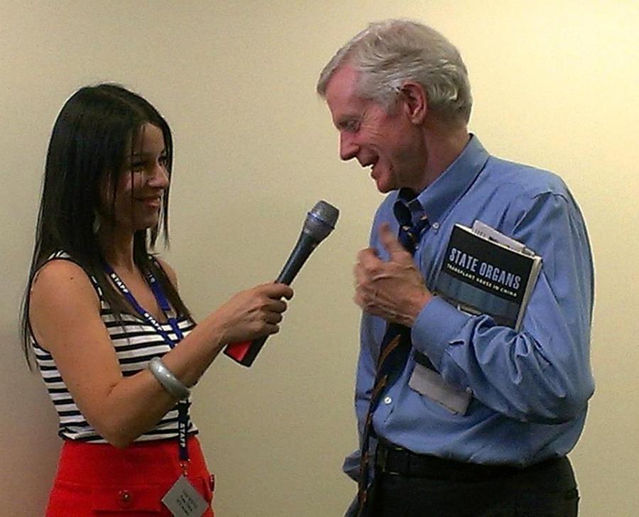 緹娜正在採訪前加拿大亞太事務司司長大衛·喬高(David Kilgour)。(緹娜·索芙斯提供)